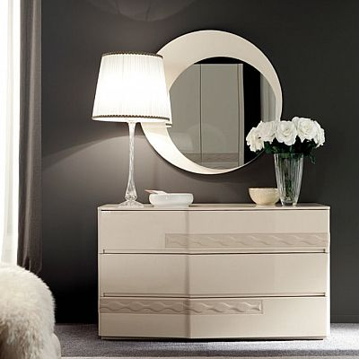 Amazing vintage and ivory 'Luna' dressing table. Great piece for hallway, but it works perfectly also in a bedroom or living room. My Italian Living.