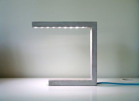 Tisch oder Schreibtisch-Lampe. Von hand gefertigt, mit Stahlbeton, LEDs und Textile Kabel. Umfassende Prozess der Gestaltung, Materialwahl,