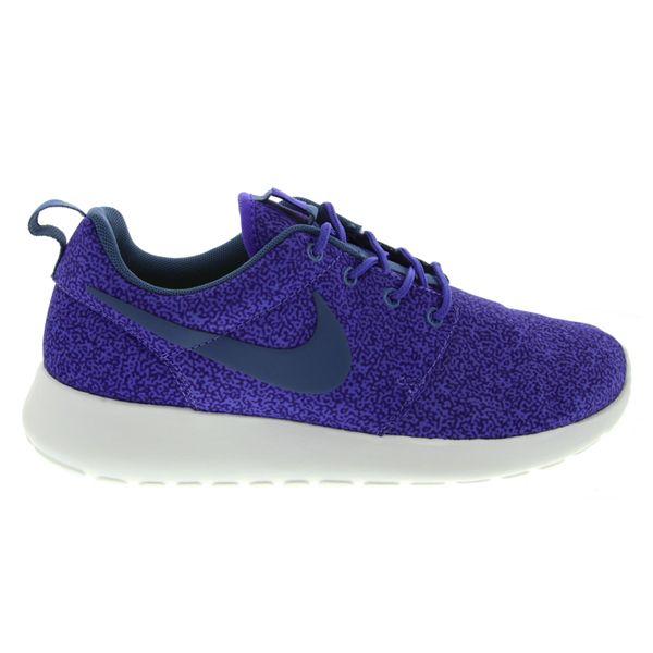 Sepatu Casual Nike Rosherun Print 599432-551 memiliki bantalan yang ringan dan phylon pada bagian midsole menjadikan kalian selalu nyaman menggunakan sepatu ini sepanjang hari. Harga sepatu ini Rp 899.000.