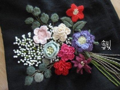 꽃 부터 수놓고 줄기 뻗치고 비어있는 곳에 즉흥으로 꽃꽂이 하듯 수놓은 꽃묶음 조화를 생각하고 비율도 ...