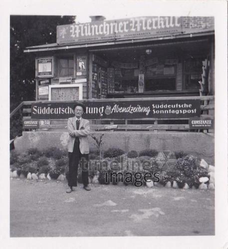 Mann vor Zeitungskiosk, 1950 KHausdorf/Timeline Images #50er #50s #Bayern #Bavaria #Werbung #Reklame #ads #advertisement #Plakat #Leuchtreklame #historisch #historical #traditional #traditionell #retro #nostalgic #Nostalgie #SZ #Süddeutsche #Zeitung #Münchner #Merkur #Mann