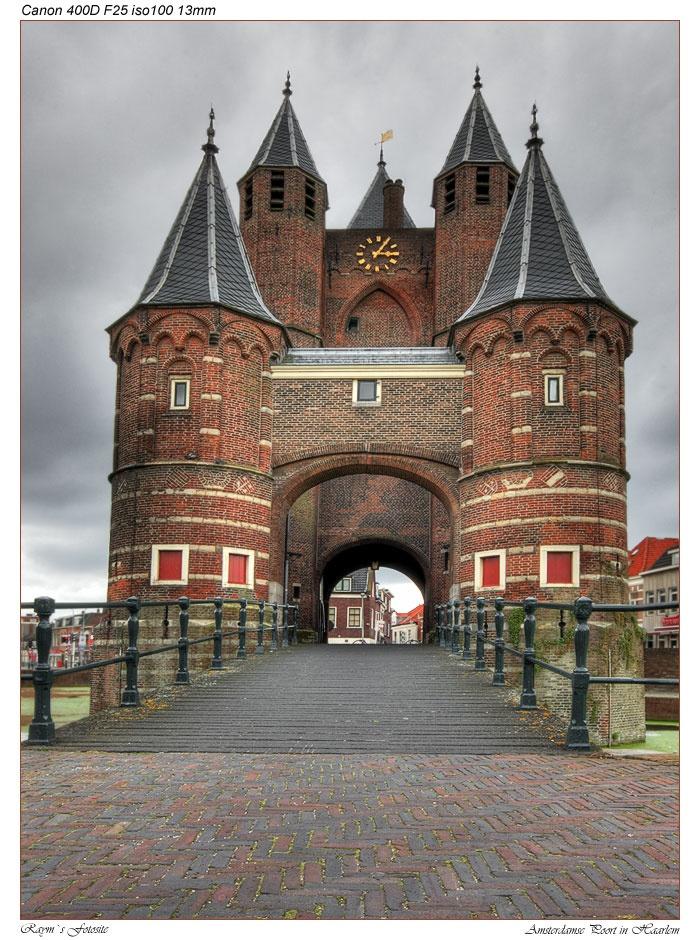 Onze Amsterdamse Poort, waar Kenau Simonsdochter Hasselaer op de walmuren heeft gestaan om de Spaanse aanval tijdens de Tachtigjarige Oorlog af te slaan. Het is de enige poort die het beleg zonder noemenswaardige schade heeft doorstaan.