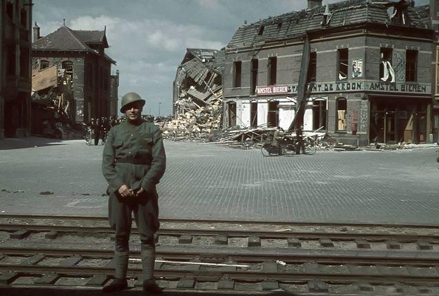 Olanda, Rotterdam, 14 Mai 1940. 850 de oameni mureau dupa bombardamentele aviatiei germane. Aceasta a fost ziua in care Olanda a capitulat. Inainte ca armata germana sa ajunga in Olanda, acolo s-a aflat fotograful neamt Hugo Jaeger, fotograful preferat al lui Hitler. http://www.stelian-tanase.ro/zona-libera/un-zambet-pentru-hitler-de-ioana-paverman/