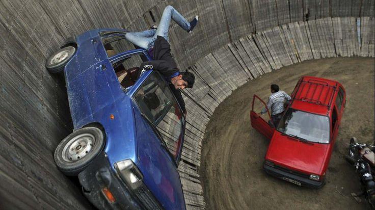 """""""POZO DE LA MUERTE"""" Exposición en Srinagar, India, conductores especialistas conducen en círculos alrededor de las paredes verticales de la ..."""
