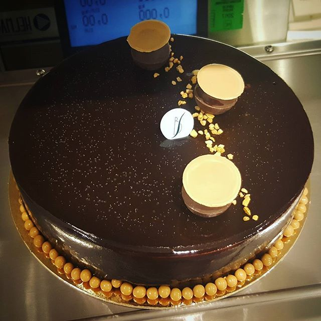 Entremet chocolat chez mon chef en stage 🌼  #patisserie#pastry#instapastry #food #instafood#sucre#chocolat#caramel#chocolate#instachocolat#cacao#entremet#valrhona#chef#instachef#passion#passione#photo#boutique#shop#envie#plaisir#picoftheday#professional#work#travail#instantgourmand#gourmand#gourmandise#dessert