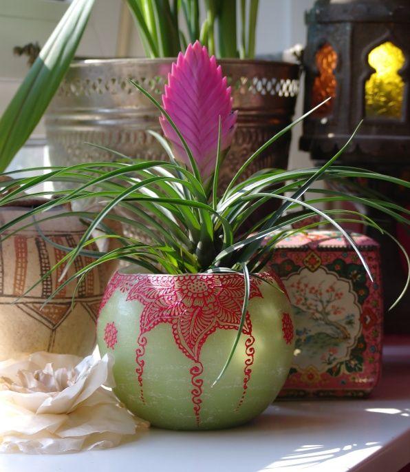 Op mijn vensterbank, vaasje beschilderd met henna patronen, aangebracht met een spuitje met botte naald.  Henna art on little vase, applied with a syringe with blunt needle tip www.handoffatima.nl
