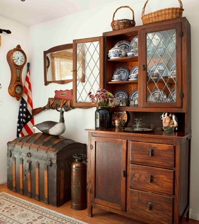country-ish: Dining Rooms, China Cabinets, Decoration Idea, Trunks, Primitives Country, Leaded Glasses, Primitives Decoration, Oak Cabinets, Blue Willow
