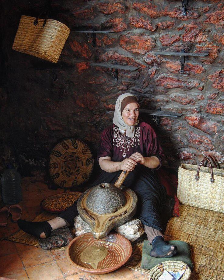 El aceite de argán (Argania spinosa)se extrae de los frutos del árbol de argán. Hacen falta 35 kilos de sus peculiares frutos para obtener un único litro del preciado aceite.Por eso este aceitees el más caro del mundo (50-100 euros el litro). Los Árboles de argán se encuentran ensuroeste de Marruecos. Están muy bien adaptados incluso a condiciones ambientales extremadamente duras y secas. Las raíces del árbol de argán crecen profundamente incluso bajo suelos áridos y semiáridos.Para su…