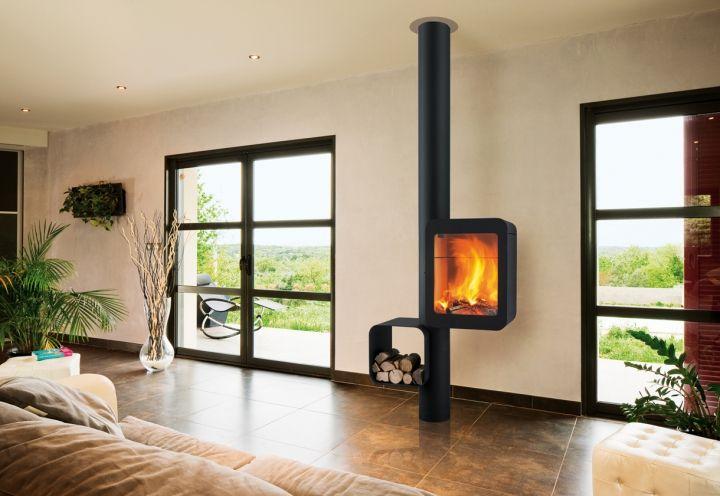 Grappus, il camino/stufa a legna di nuovissima concezione, si presenta come un elegante monoblocco che accoglie da un lato un focolare chiuso e dall'altro un porta ceppi in acciaio nero inglobato nella struttura portante