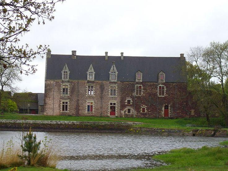 Le château de Comper est situé à proximité de la forêt de Paimpont, à trois kilomètres à l'est du bourg de Concoret en Bretagne. À l'origine château fort médiéval Il reste peu de traces de ses parties féodales, le manoir de style Renaissance ayant été reconstruit comme lieu d'habitation au xixe siècle. Il est le seul des cinq châteaux historiquement liés à la forêt de Paimpont
