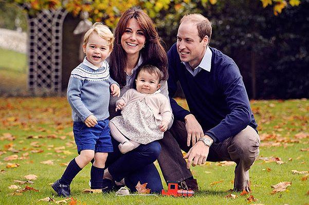 Кейт Миддлтон и принц Уильям с детьми на семейном портрете