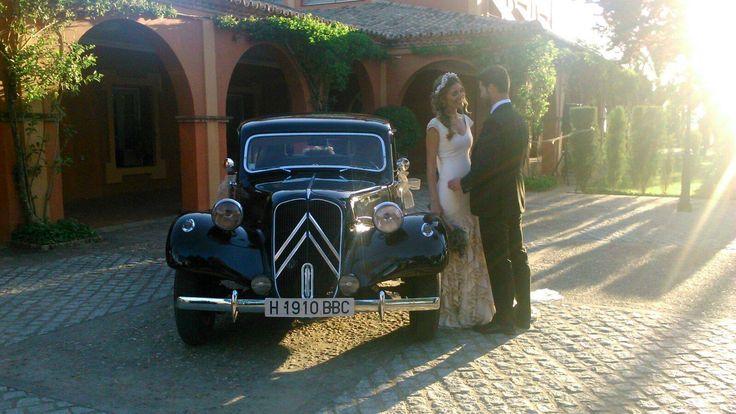 Alquiler de coche de bodas elegante en sevilla. Alquiler de coche antiguo citroen 11 para llevar a la novia el día de su boda. Sevilla clasicos http://bit.ly/2fw53oM