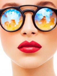 labios y colores de las gafas