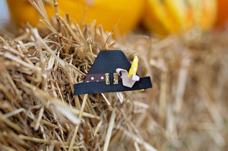 ¡Este sombrero de peregrino es absolutamente adorable! Los detalles son increíbles - una hebilla de oro brillante y una mazorca de maíz de cosecha-listo perfecto adornan esta obra festiva. El sombrero viene atado a un 1-3/4, parcialmente forrado pinza.  Crédito de la imagen: Misti Nicole Photography