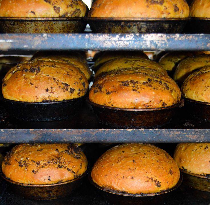 Bij La Place zijn we gek op verse broodjes. We maken alle broodjes dan ook zelf. Deze hamburgerbollen hebben de gehele nacht de tijd gekregen om te rijzen. Nu komen ze vers uit onze oven en worden ze omgetoverd tot o.a. een La Place burger de luxe. dus kom lekker even langs om te genieten! #laplace #brood #lunch #eetsmakelijk #eten #oven #vers #burger #hamburger #deeg #bakken #recept