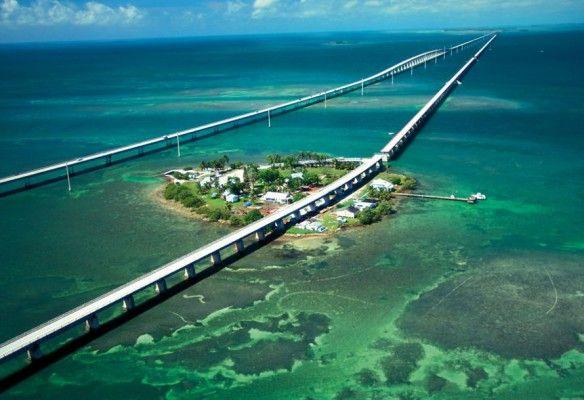 """Más de doscientos kilómetros de autovía en el mar Caribe. No es una broma sino una realidad transmitida a través de películas como """"Mentiras arriesgadas"""" (True lies) que nos mostraba una carretera construída para unir los cayos de Florida terminando en Key West (Cayo Hueso)."""