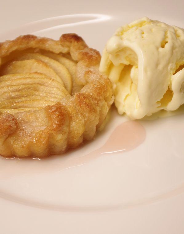 Recept på Äppelpaj. Enkelt och gott. Här hittar du recept på mångas favorit, äppelpaj! Pajen är ett bakverk vars huvudingrediens självfallet är äpple. Ofta serveras den med vaniljsås, men ibland kan det passa bättre med glass. De vanligaste degsorterna är smuldeg, som ibland kan innehålla havregryn, eller en kavlad slät mördeg.