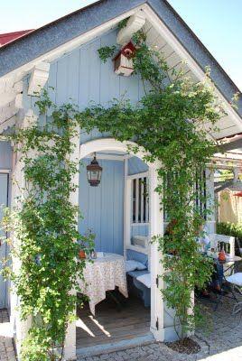 Sofort erkannt! Das ist das Gartenrestaurant 'Das blaue Haus' in Oberstaufen im Allgäu! Da müsst Ihr unbedingt hin! Kunst und Kuchen bis zum abwinken!  Quelle: mamaskram.blogspot.com, für Euch gefunden von liesdochmal.com, weil ich da mal eine tolle Lesung zu meinem Buch 'Liebe(s) Grüße aus der Kur hatte!