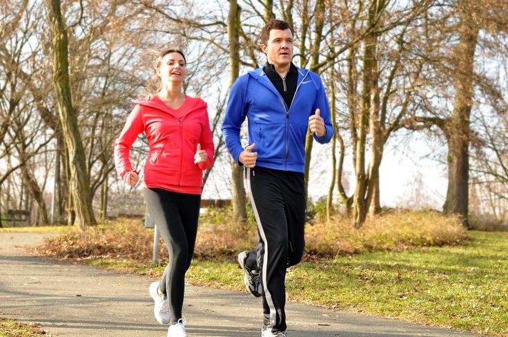 So beginnt eine Läuferkarriere: Mit einem Wechsel aus Laufen und Gehen gewöhnen sich Muskeln, Sehnen und Gelenke an die Belastung. Starten Sie mit Intervallen: Einer Minute Laufen folgt eine Minute Gehen. Das Ganze eine halbe Stunde lang dreimal die Woche.  Mehr auf www.kaffeeanbau.de