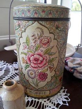 Brocante koffieblik met roze/donkerrode bloemen.