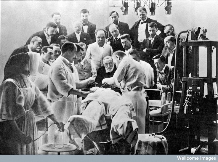 Rudolf Virchow observando una operación en el cráneo en una clínica de París (agosto 1900)