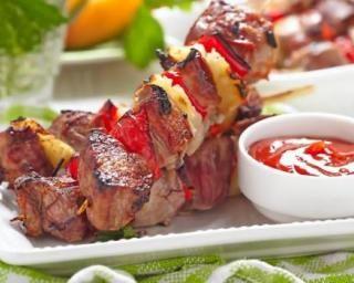 Brochettes de poulet au poivron et ananas brûle-graisses : http://www.fourchette-et-bikini.fr/recettes/recettes-minceur/brochettes-de-poulet-au-poivron-et-ananas-brule-graisses.html