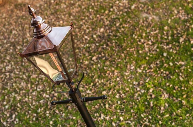 Latarnia ogrodowa Norlys Chelsea, to tradycyjna lampa ogrodowa, która wprowadzi do twojego ogrodu styl angielskich ogrodów, czyniąc je romantycznymi, z niesamowitą atmosferą. Lampa ta z pewnością zapewni ci wystarczającą ilość światła do swobodnego wykonywania różnych aktywności, nawet w późnych godzinach wieczornych.