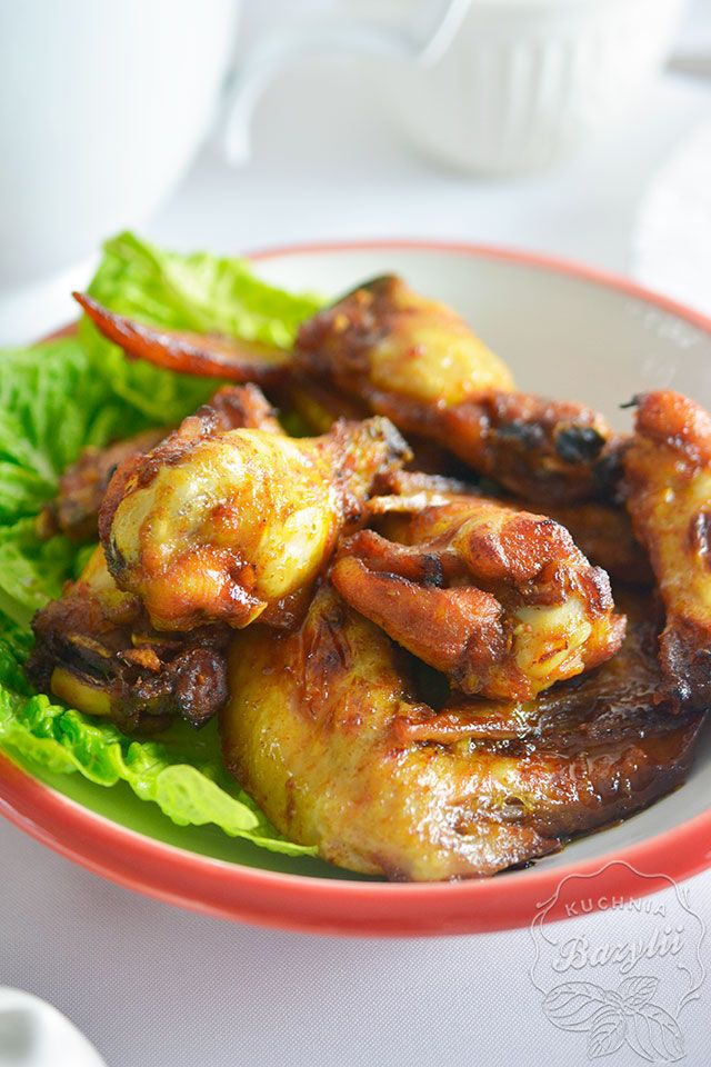 Pieczone skrzydełka kurczaka lub pieczone udka kurczaka przyrządzam dość często z tego względu, że ich przygotowanie jest dość szybkie, a także bardzo je lubię, szczególnie chrupiącą skórkę - niebo w gębie!