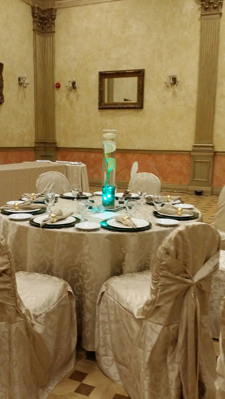 Simple Emerald and gold wedding table setting. Yvana's Decor