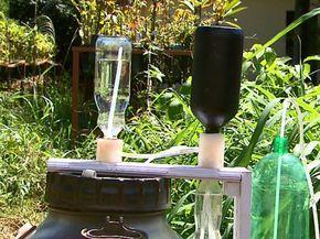 Sistema de irrigação solar feito com material reciclável economiza água e energia (Foto: Reginaldo Santos/EPTV)