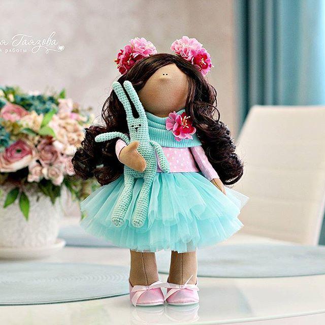 От мамочки для дочки - самой любимой, самой родной ....🌸🌸🌸🌿 Куколка ростом 30 см сделана на заказ. 🌸🌸🌸🌿🌿🌿🌸🌸🌸🌿🌿🌿 А милый зайчик дело рук Маши Смолиной @smolina_maria , как мило они подружились с…