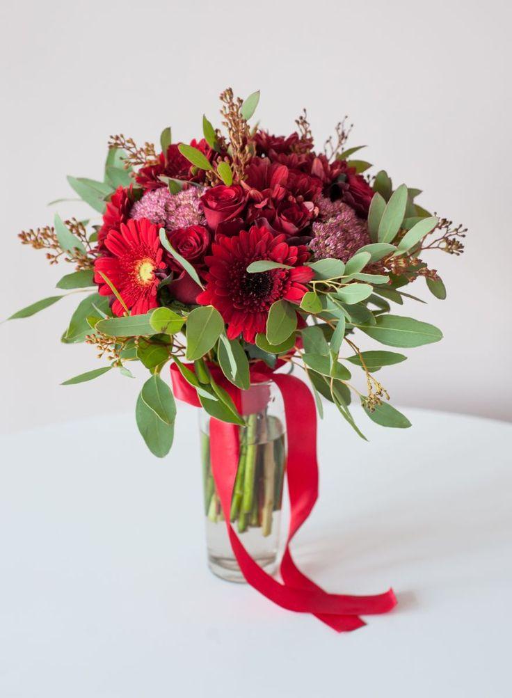 бордовый (марсала) букет невесты из гербер, роз, хризантем, седума и эвкалипта