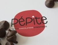 Création d'une image d'entreprise d'une chocolaterie fictive.La conception de l'image de marque gravite autour de petit et du sympathique. Couleurs, formes, motifs appuient le concept amicale de PÉPITE!