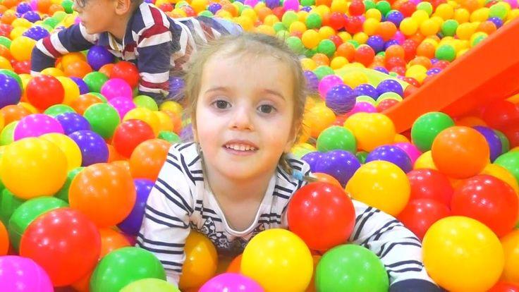 Детская площадка. Много кукол и беременная Барби. Сухой бассейн с шариками.