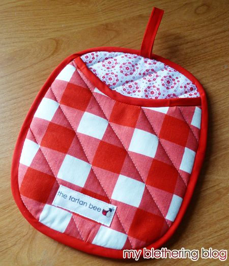 I decided to give the bag sewing a rest and got started making the oven gloves which I made up the pattern for  the other week. I took my ti...