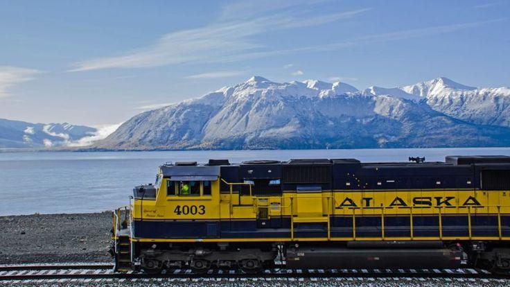 """Vous projetez de voyager en Alaska ? Oubliez les bateaux de croisière ou les véhicules récréatifs et embarquez plutôt à bord du Denali Star pour une épopée ferroviaire à la conquête de la """"Dernière Frontière"""" !"""