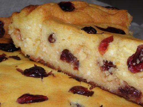 Ebben a süteményben, a lágy, vaníliás túró édességét csodásan ellensúlyozza az aszalt vörös áfonya savanykás íze. Hűtőben napokig eltartható, nem veszít puhaságából. Langyosan fogyasztva a legfinomabb.Akik nem szeretik a 'tésztás' sütiket, nehogy kihagyják!        Hozzávalók:   25 dkg túró   2 kis pohár...