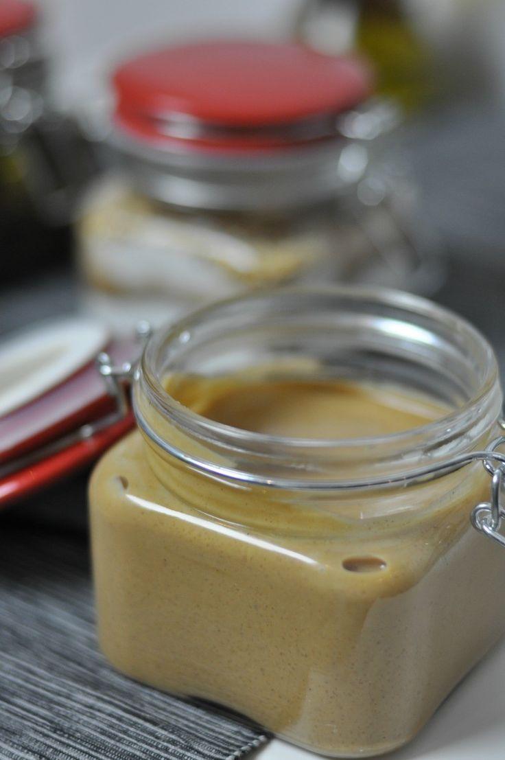 Przepis na masło orzechowe domowej roboty 350g orzechów ziemnych (prażonych, niesolonych) zblendowałam na gładką masę (róbcie przerwy podczas blendowania bo ja robiłam zbyt krótkie i zjarałam blender :D), następnie dodałam 1/4 kostki masła, szczyptę morskiej soli i łyżeczkę cukru. Wyszło idealnie!