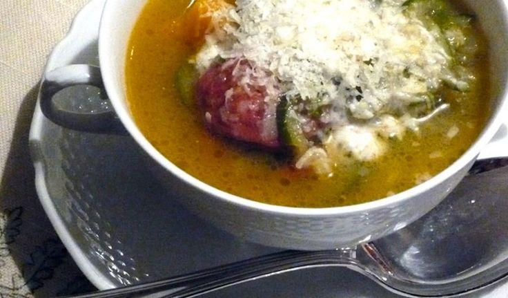 Minestra di zucchine, zucca gialla e salsiccia piccante ricetta