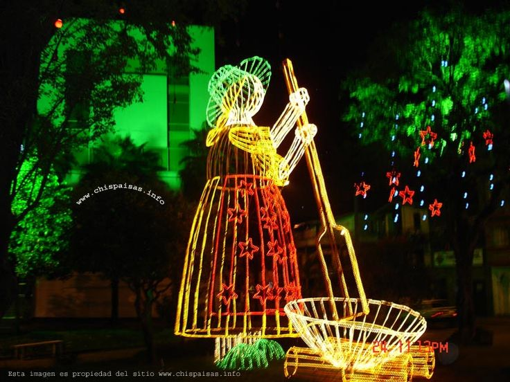 MUJER REVOLVIENDO LA NATILLA ANTIOQUEÑA.............(Arreglo de luces navideñas en las calles de Medellín Colombia) .... http://www.chispaisas.info/almendro18.htm