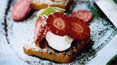 Grillad sockerkaka med mascarpone, jordgubbar och mynta