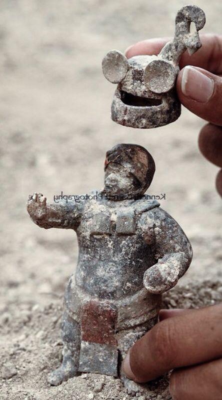 JOJO POST STAR GATES: WHAT IS THIS THOUSANDS YEARS OLD MESSAGE THAT THEY LEFT HERE FOR THE FUTURE GENERATIONS ON PLANET EARTH?? WHAT DO YOU SEE? WHAT DO YOU THINK? WHAT DO WE KNOW? Rise and Fall of the Maya; Guatemala; Waka; El Peru; middle classic tomb; Artifact; Classic period figurines; Mayan.
