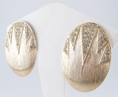 Vintage 楕円形ゴールドトーンラインストーンイヤリング! マットな質感がとても綺麗なイヤリングです。