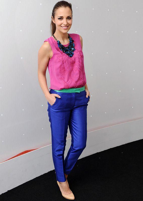 Color Blocking pantalones en azul eléctrico con cinturilla verde y top de gasa en fucsia con unas pumps en nude y un collar babero