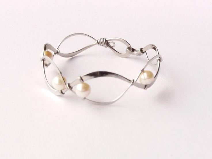 """Náramek+MR22P+""""Perličky+na+dně""""+s+bílými+perlami+Autorský+šperk.+Originál,+který+existuje+pouze+vjednom+jediném+exempláři.Vyniká+kouzelným+prostorovým+tvarem,+čistým+zpracováním+detailů,+krásou+klasických+bílých+perel+a+elegantním+výrazem.Nevšední+řešení+s+perlami+poutá+pozornost,+ale+není+okázalé,+díky+čemuž+se+tento+šperk+hodí+ke+každé+i..."""