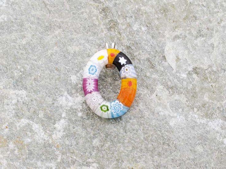 Lettera O  Iniziale in vetro di murano. Ciondolo pendente, colori vari con murrine inserite.