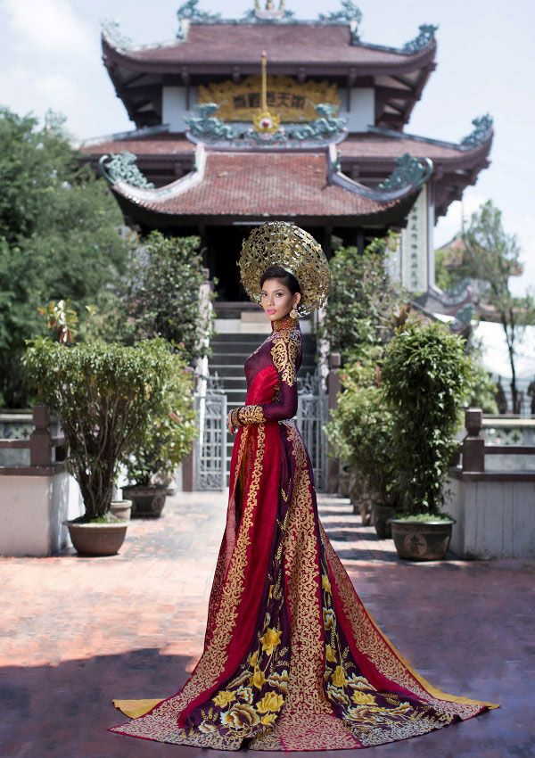 Trương Thị May represented Vietnam participated in Miss Universe 2013. I was very impressed this elaborate and luxurious Áo Dài in the National Costume category.