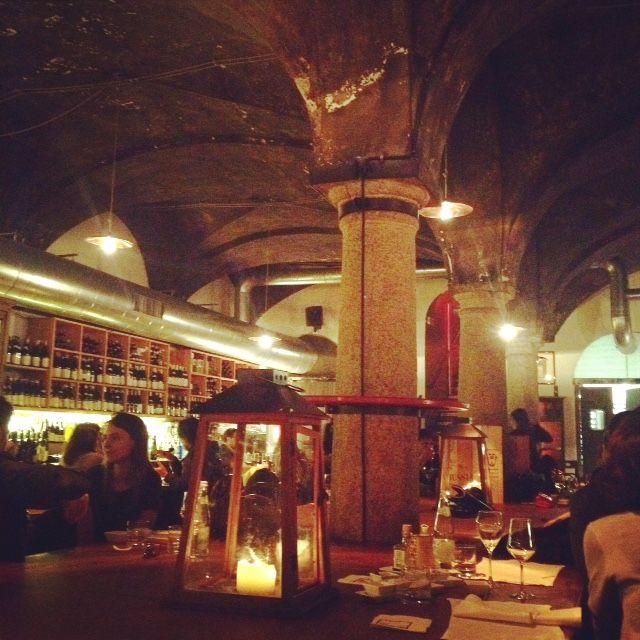 Food&Wine: N'ombre de vin. Un po' caro ma suggestivo locale in Brera . Ottimo per un bicchiere di vino dopocena.