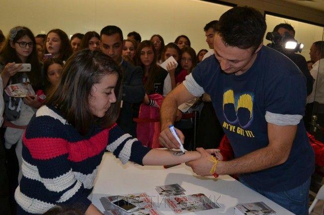 Daniel Kajmakoski signing autographs Daniel Kajmakovski avtogram