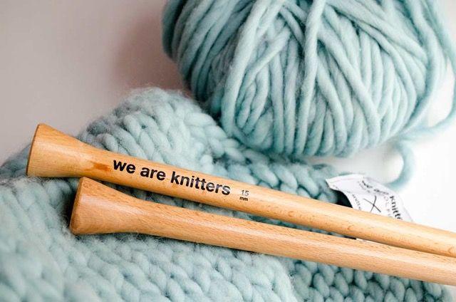 Wolle online kaufen. Strickset, cooles Strickset, dicke Wolle, dicke Wollfäden, Holznadeln, Holzstricknadeln, Wollknäuel aus dicker Wolle  We are the Knitters. UE, 2013.